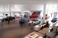 色とりどりのニューモデルが置かれる店内の様子。ショールームの面積は、2079平方メートル。