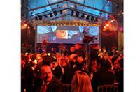 業界関係者ら約800人が招待。フォアグラやトリフなど豪華なディナーが振舞われた。