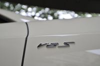 フロントフェンダーに備わる「V8 S」のエンブレム。