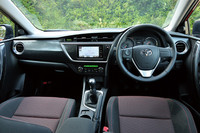 インテリアの様子。インストゥルメントパネルは、ドライバーを囲むカーブと助手席側に伸びる水平ラインで構成される。