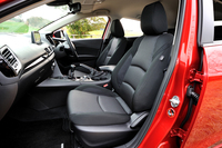 「15S」のシート。1.5リッターガソリン車のシート地は、ブラックのファブリックに限られる。