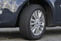 タイヤサイズは185/60R15。15インチのアルミホイールが標準で装備される。試乗車はダンロップSP SPORT 01タイヤを装着していた。
