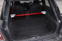 軽量化のためにリアシートは撤去。ボディー剛性を高めるための、赤いインナーバーが物々しい。