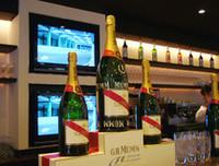 F1といえば「MUMM」(マム)のシャンパン。グラス(1350円)をかたむければ、ウィナーの気分が味わえるかも!?