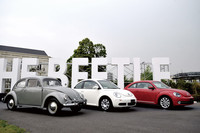 写真左から、オリジナルの「タイプ1」こと初代「ビートル」、「ニュービートル」、そして新型の「ザ・ビートル」。