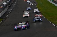 GT500クラスのスタートシーン。ポールスタートのNo.6 WAKO'S 4CR RC Fが第1コーナーに進入する。