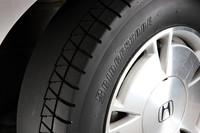 タイヤの内側のパターンを消したテストタイヤ。試乗では、左右非対称パターンのそれぞれの役割がよく理解できた。