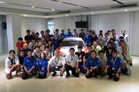 「NISMO GT-R LM」を囲み、今年のプロジェクトメンバーが記念撮影。完成したNISMO GT-R LMのお披露目は、2015年11月もしくは12月に開催されるNISMO FESTIVALを予定している。