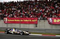 4位ジェンソン・バトン(写真)、6位ルーベンス・バリケロとダブル入賞、ホンダの中国GPはまずまずの結果だった。しかし、4番グリッドのバトンはスタート後、タイヤの磨耗に苦しみ始め後退。5位まで挽回して迎えたファイナルラップ、4位ニック・ハイドフェルドをバトンがオーバーテイク、その隣ではハイドフェルドがバリケロに追突されて……という混乱で得たダブル入賞でもある。(写真=Honda)