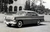 クラウンに対抗すべく57年に登場した「初代スカイライン」のデラックス・モデル。当時のアメリカ車を5ナンバー枠に縮小したようなスタイリングだが、バックボーントレー式フレームに前はダブルウィッシュボーン/コイルの独立、後ろはド・ディオン・アクスルという特徴的なサスペンションを持ち、エンジンは直4OHV1484cc・60psだった。