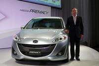 新型「プレマシー」とマツダの山内孝代表取締役会長 社長兼CEO。「よりいっそう人と環境に優しいミニバンになった」と新型を評した。