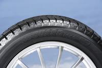 「アイスガード ファイブ」には低燃費タイヤに与えられる「BluEarth」ネームが入る。