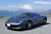 フェラーリ458スパイダー ボディーサイズ:全長×全幅×全高=4527×1937×1211mm/ホイールベース:2650mm/車重:1430kg(乾燥重量。鍛造ホイールとレーシングシート装着時)/駆動方式:MR/エンジン:4.5リッターV8 DOHC 32バルブ/トランスミッション:7AT/最高出力:570ps/9000rpm/最大トルク:55.1kgm/6000rpm/タイヤ:(前)235/35ZR20 (後)295/35ZR20/価格:3150万円(消費税8%込み)