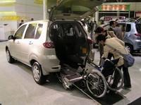 「マツダ・デミオ」をベースにつくられた、車いすごと乗れる福祉車両。