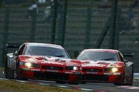 3位に入賞し、GT500クラスでドライバーズチャンピオンを獲得した本山哲/ミハエル・クルム駆るザナヴィニスモGT-R(前)。レース終盤は、4位に終わったモチュールピットワークGT-R(影山正美/リチャード・ライアン組、写真後)とランデブー走行。