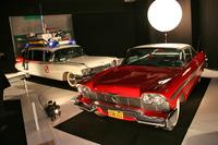 次ページ以降で触れる、パリモーターショー2016の特別展「自動車と映画」における、「SF」フィルムの部のひとこま。写真左から、1959年製のキャデラックの救急車をベースにした『ゴーストバスターズ』(1980年)の劇中車と、『クリスティーン』(1983年)に登場する1957年型の「プリマス・ヒューリー」。