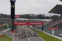 スタートでトップを守ったポールシッターのロズベルグ(先頭)。予選2番手のハミルトンは鈍い加速で8位へと後退した。(Photo=Mercedes)