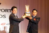 GT300の覇者「Cars Tokai Dream28」に賞を贈る中山議員。
