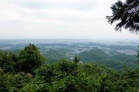 本丸跡へ向かう途中の景色。八王子市街地から東京都心部まで見渡せる。