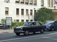 ブーローニュ・ビヤンクールの市役所前で。「プジョー404」のファンが街を流す。
