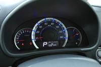 メーターのアップ。写真でブルーに見える目盛りは、燃費によい運転をするとグリーンに変化。視覚的にエコドライブを促す。中央下部の液晶画面には、平均燃費や航続可能距離、積算アイドリングストップ時間、燃料の節約量が表示される。