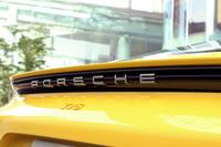 リアの黒いガーニッシュにあしらわれた「PORSCHE」のロゴ。