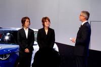 なでしこジャパンの岩清水選手(写真左)と坂口選手も、ブースに姿を見せた。