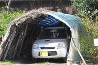 こうやって軽自動車は愛されている。ちょうどぴったりの犬小屋に飼われたペットのような風景。