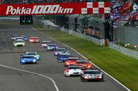 GT500クラスのスタートシーン。予選トップのGT-Rに、2台のSC430が続く。