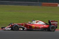 """2015年の春に第2戦として行われた前回のマレーシアGPでは、王者メルセデスを負かして勝利したフェラーリ。今年は未勝利のまま秋のマレーシアに乗り込んだ。予選ではメルセデス、レッドブルに次ぐ""""指定席""""の3列目に並び、決勝ではベッテルが0周リタイア、ライコネン(写真)はポディウムを逃し、4位完走。コンストラクターズランキング3位のフェラーリは、2位レッドブルに46点差をつけられている。(Photo=Ferrari)"""