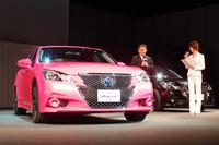 """発表会では、テレビCMに使われるピンク色の「クラウンアスリート」も披露された。トヨタの豊田章男社長(写真中央)によれば、この""""ピンククラウン""""は実際に市販されるとのこと。"""