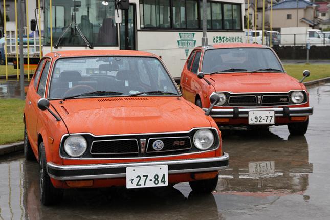 """2台並んだ1975年「ホンダ・シビックRS」。74年10月から75年8月までの、1年足らずの間しか作られなかった、ツインキャブエンジンに5段ギアボックスを備えた、初代シビック唯一の高性能グレード。""""Road Sailing""""の略というRSを名乗った最初のホンダ車で、今日の「フィットRS」のルーツである。"""