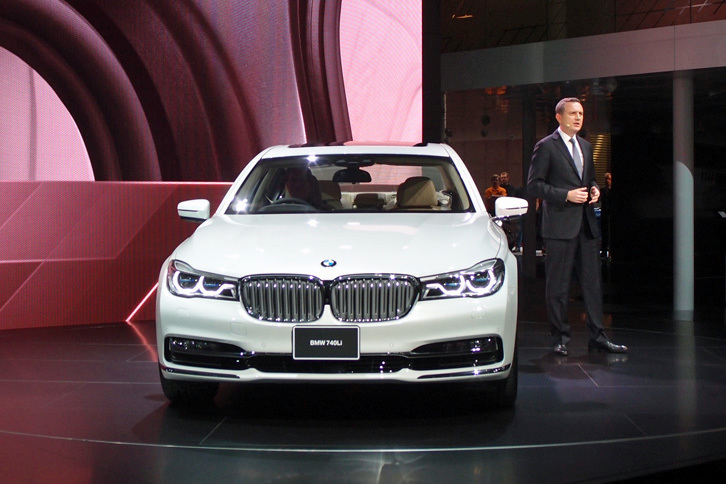 「BMW 740Li」。その隣に立つのは、BMWジャパンのペーター・クロンシュナーブル社長。