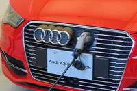 充電口はフロントグリルに備わっており、アウディのエンブレムを横にスライドさせると現れる。