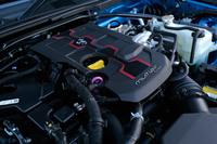 「アバルト124スパイダー」は、FCAご自慢の「マルチエア」1.4リッターターボエンジンを搭載。「マツダ・ロードスター」を39psと10.2kgm上回る、最高出力170ps、最大トルク25.5kgmを発生する。
