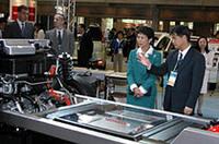 開発中の燃料電池車「ホンダFCX」のカットモデルを前に説明を聞く、高円宮妃殿下。(写真=webCG)