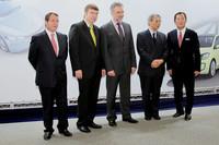 左から、ゲラシモス・ドリザス氏(フォルクスワーゲン・グループ・ジャパン社長)、ミュラー-ピエトラッラ氏、ウォルフガング・シュタイガー氏、佐治晴夫氏、清水和夫氏。