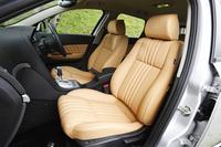 シートはイタリアのポルトローナ・フラウ社製のもの。国産車のシートに比べて座面が長く作られています。「座面が短いと、ちょい乗り感が拭えない」と本諏訪先輩。(写真=荒川正幸)