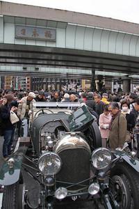 お江戸日本橋の上は、約20台のクラシックカーとそれらを囲む無数のギャラリーに占拠され、ご覧のような混とんとした状態に。白洲次郎氏が愛用していた1924年「ベントレー3リッター」の後方には、オーナーと語らう徳大寺有恒氏の顔も見える。