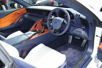 """運転時の高揚感を意識してデザインされたインテリア。写真は上と同じ「LC500h""""Lパッケージ""""」のもの。"""