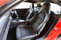 「ケイマンGTS」には、他のグレードではオプション扱いのスポーツシートが標準装備となる。