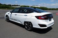 2016年3月に発表された燃料電池車「クラリティ フューエルセル」。燃料電池ユニットと水素タンクを搭載しながら、5人乗車が可能な車内空間を実現している。