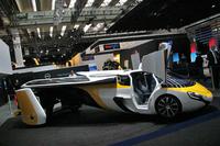 スロバキアのエアロモービル社による展示。地上での走行には80kWの電気モーターを、飛行には220kWのターボチャージドボクサーエンジンを用いるという。