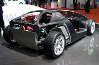 プッシュロッド式サスペンション(前がシングル、後は2本のダンパー)、ブレンボ製チタニウム8ポッドブレーキなど、レーシィなアイテムを搭載する。