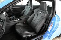 「M4」の前席。抜群にホールド性がよく、シートだけでも欲しいと思った。