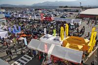 パドックには多くのショップやブースが並び、ご覧のように多くのファンが行き交い活気にあふれていた。ちなみに主催者発表による入場者数は2万7000人。