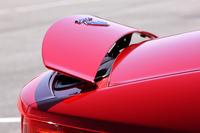 往年のスポーツカーを思わせる、尻下がりのリアデザインが特徴の「Fタイプ」。トランクリッドの後端には可動式のスポイラーを備えている。