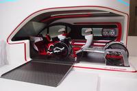 こちらは「LCVアスレチックツアラー コンセプト」のインテリア。車いすのアスリートの使い勝手を考えて設計されている。