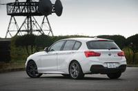 「M140i」は、BMW M社がエンジンやシャシーなどに手を加えた「Mパフォーマンス・オートモービルズ」の一台である。Mモデルの設定がない「1シリーズ」では、最も高性能なモデルとなる。