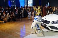 発表イベントにはスター・ウォーズファン100人も参加。フォトセッションではご覧の人だかりとなった。